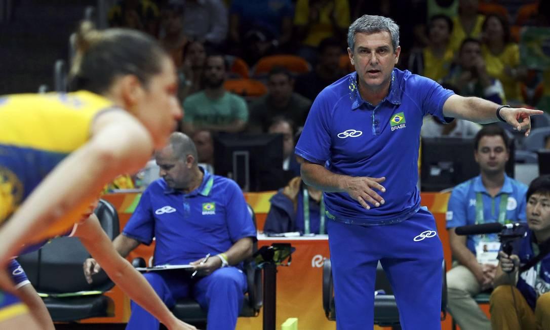 O técnico José Roberto Guimarães orienta as jogadoras brasileiras YVES HERMAN / REUTERS