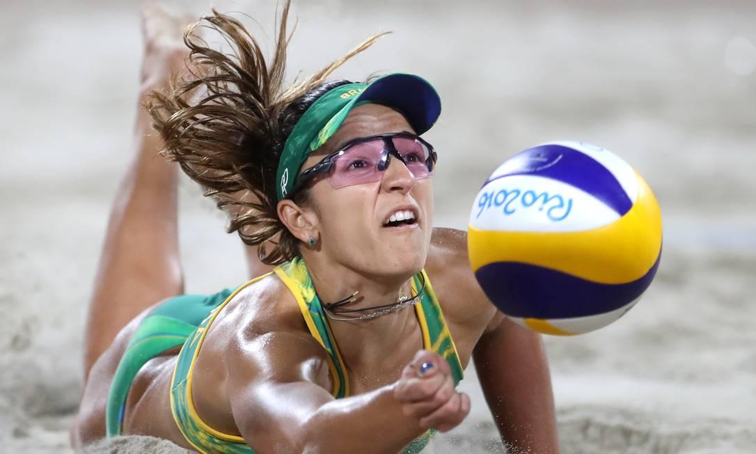 Bárbara Seixas defende uma bola durante a partida Petr David Josek / AP