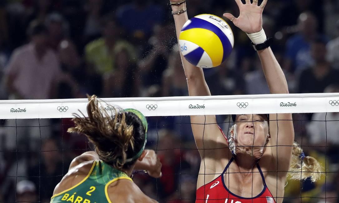Kerri Walsh tenta bloquear uma bola de Bárbara Marcio Jose Sanchez / AP