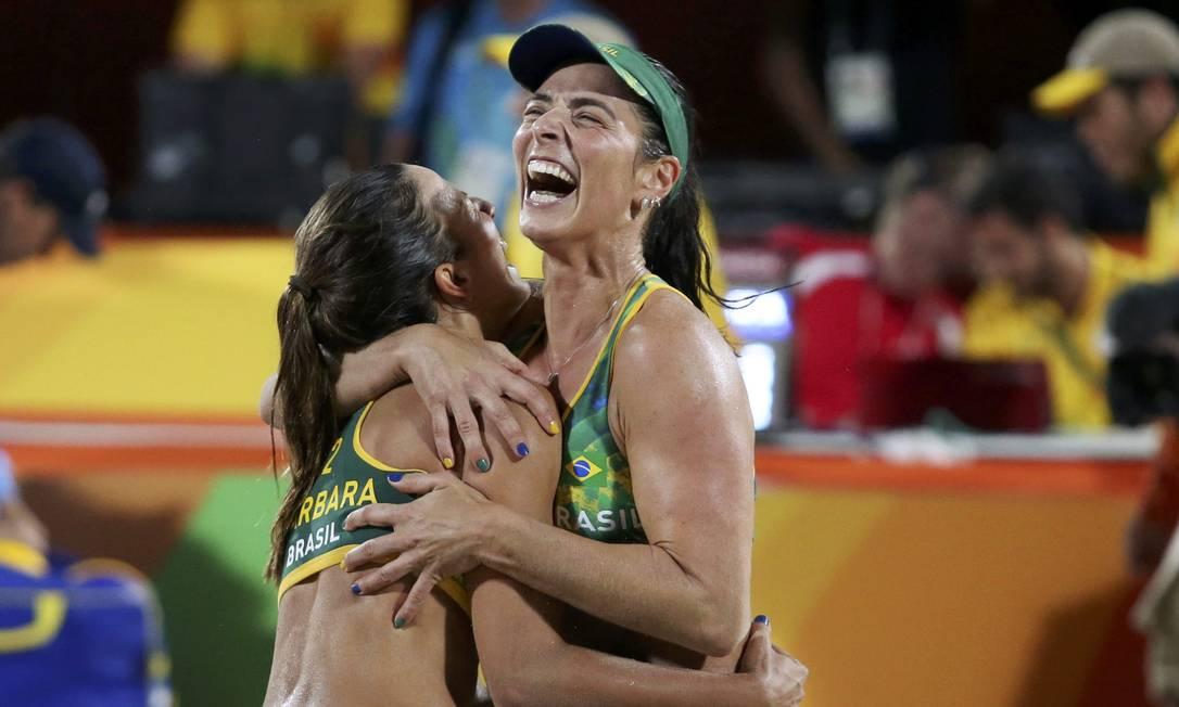 Bárbara e Ágatha comemoram a classificação para a final ADREES LATIF / REUTERS