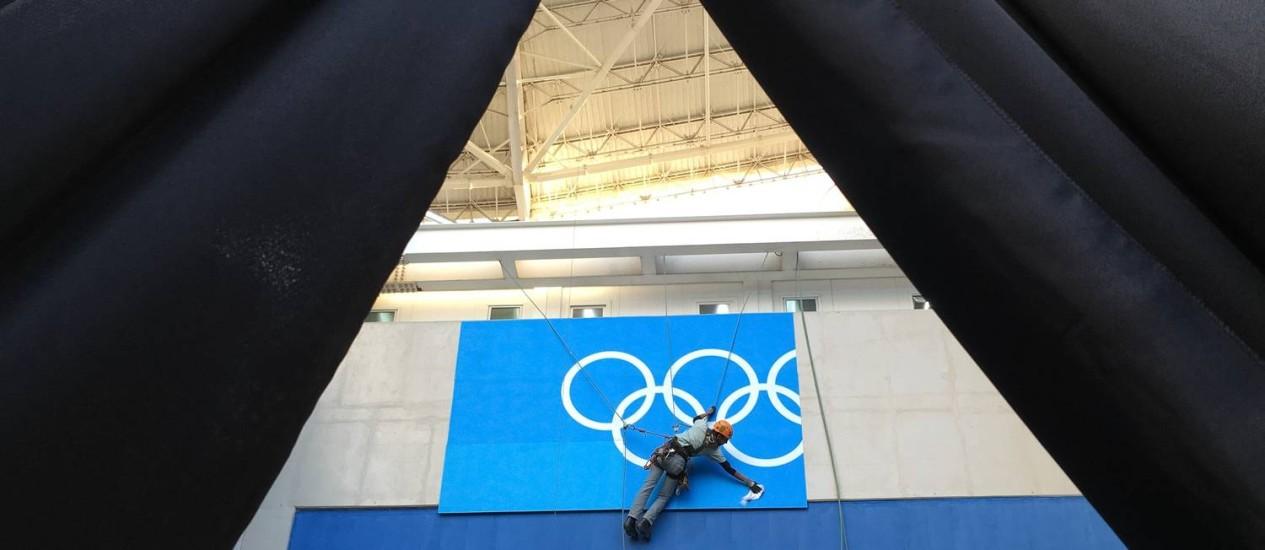 Funcionário trabalha na instalação de placa no Estádio Olímpico (Engenhão) Foto: LUCY NICHOLSON / Reuters