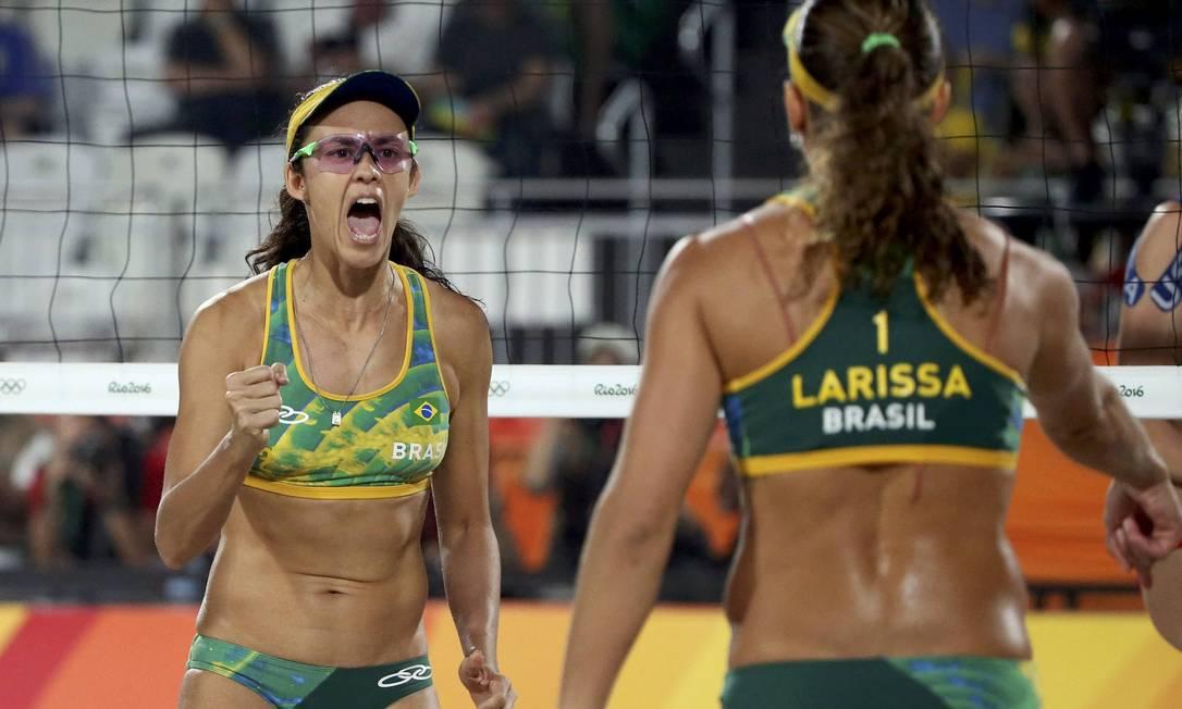 Talita e Larissa vibram após ganharem o primeiro set ADREES LATIF / REUTERS