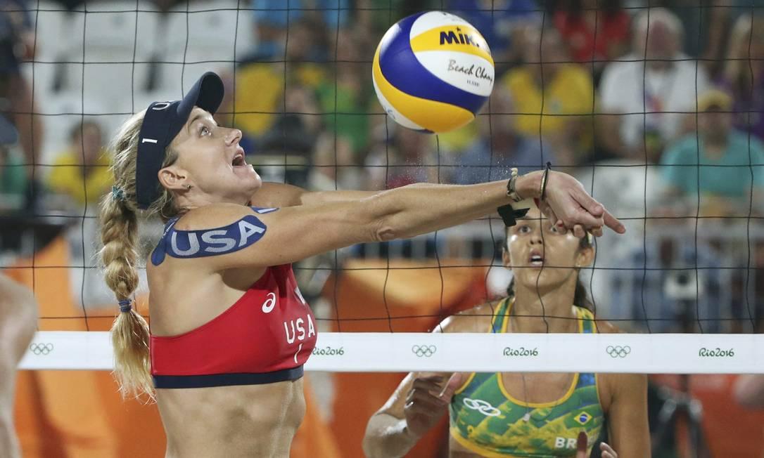 A norte-americana Kerri Walsh defende uma bola, observada por Talita. O jogo foi decidido no set desempate ADREES LATIF / REUTERS