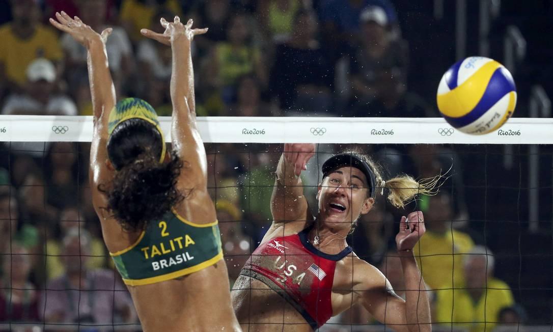 Talita tentou, mas não foi capaz de bloquear a bola adversária TONY GENTILE / REUTERS