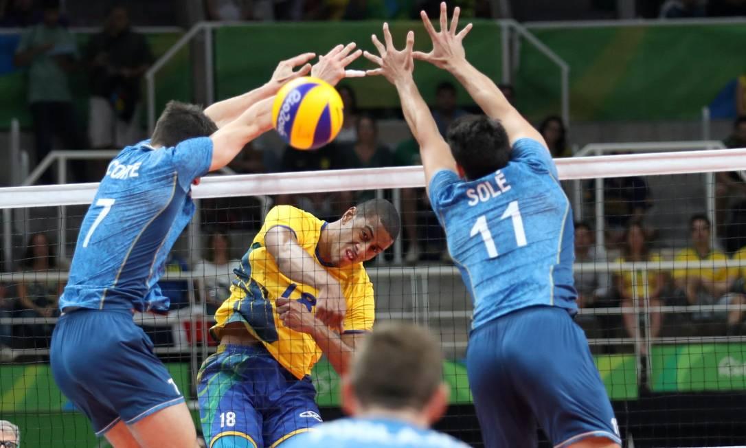Brasileiros e argentinos protagonizam um duro jogo de vôlei no Maracanãzinho Marcelo Carnaval / Agência O Globo
