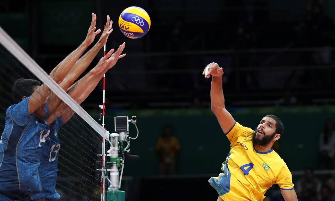 A bola brasileira não passa do bloqueio argentino Marcelo Carnaval / Agência O Globo