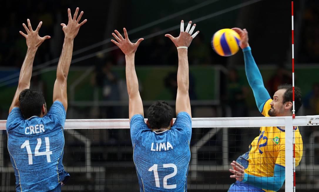 Após ganhar o primeiro set e perder o segundo, o Brasil reagiu e chegou a abrir uma vantagem de oito pontos no terceiro Marcelo Carnaval / Agência O Globo