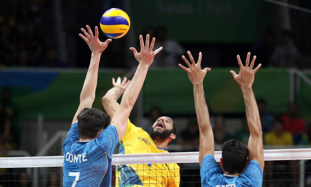 O Brasil foi superar a Argentina no terceiro set Marcelo Carnaval / Agência O Globo
