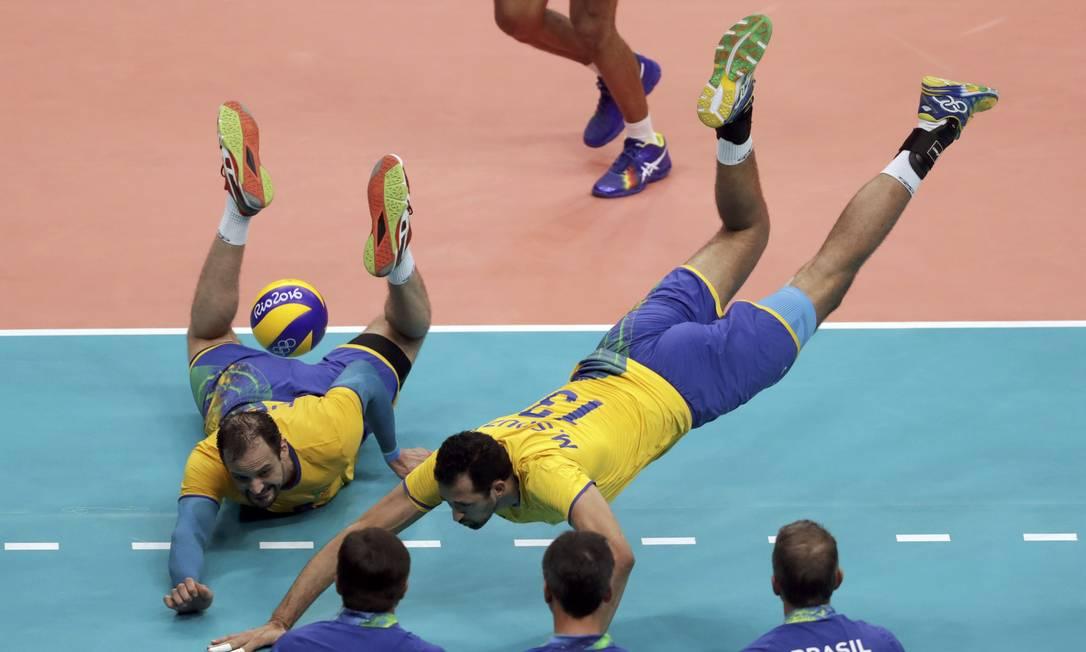 Mauricio De Souza e Luiz Felipe Fonteles fazem de tudo para pegar a bola. A partida valia uma vaga na semifinal RICARDO MORAES / REUTERS