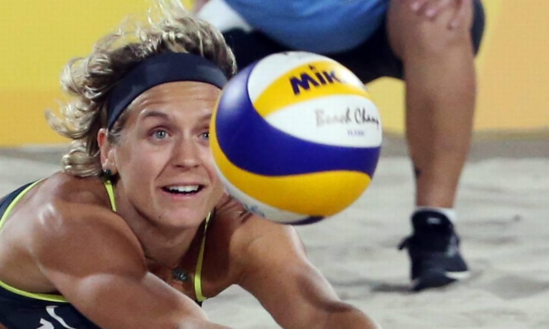 Laura Ludwig defende uma bola; alemãs venceram o primeiro set TONY GENTILE / REUTERS
