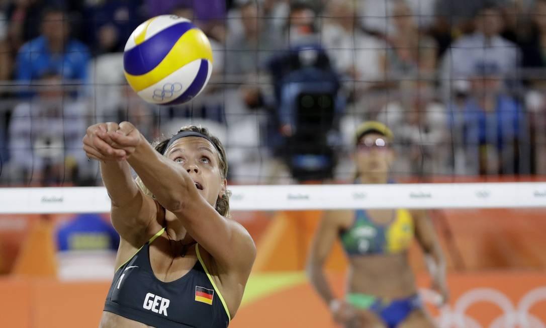 A alemã Laura Ludwig defende uma bola para passá-la ao campo adversário Petr David Josek / AP