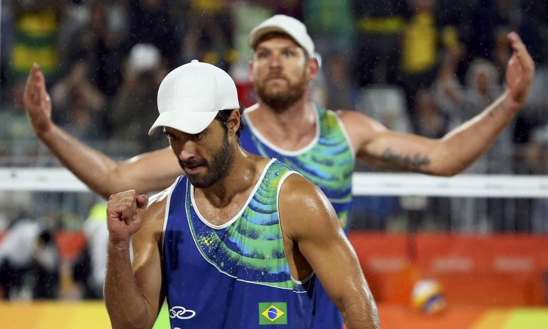 Bruno Schmidt e Alison comemoram um ponto no primeiro set MURAD SEZER / REUTERS