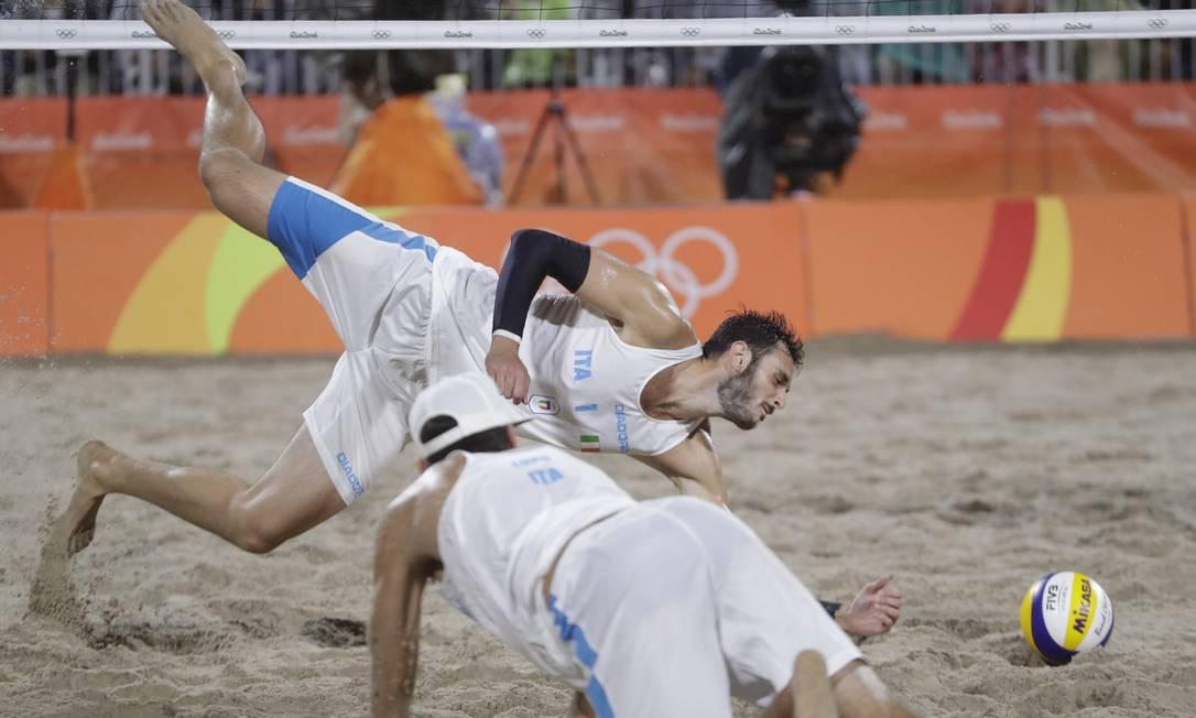 Os italianos Paolo Nicolai e Daniele Lupo perderam o primeiro set por 21 a 19 Petr David Josek / AP