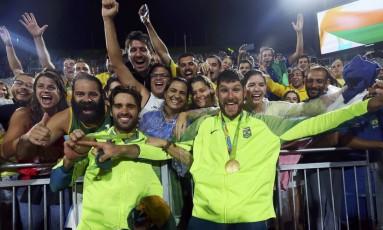 Bruno e Alison comemoram o ouro com o público que foi assistir à partida em Copacabana Foto: MURAD SEZER / REUTERS