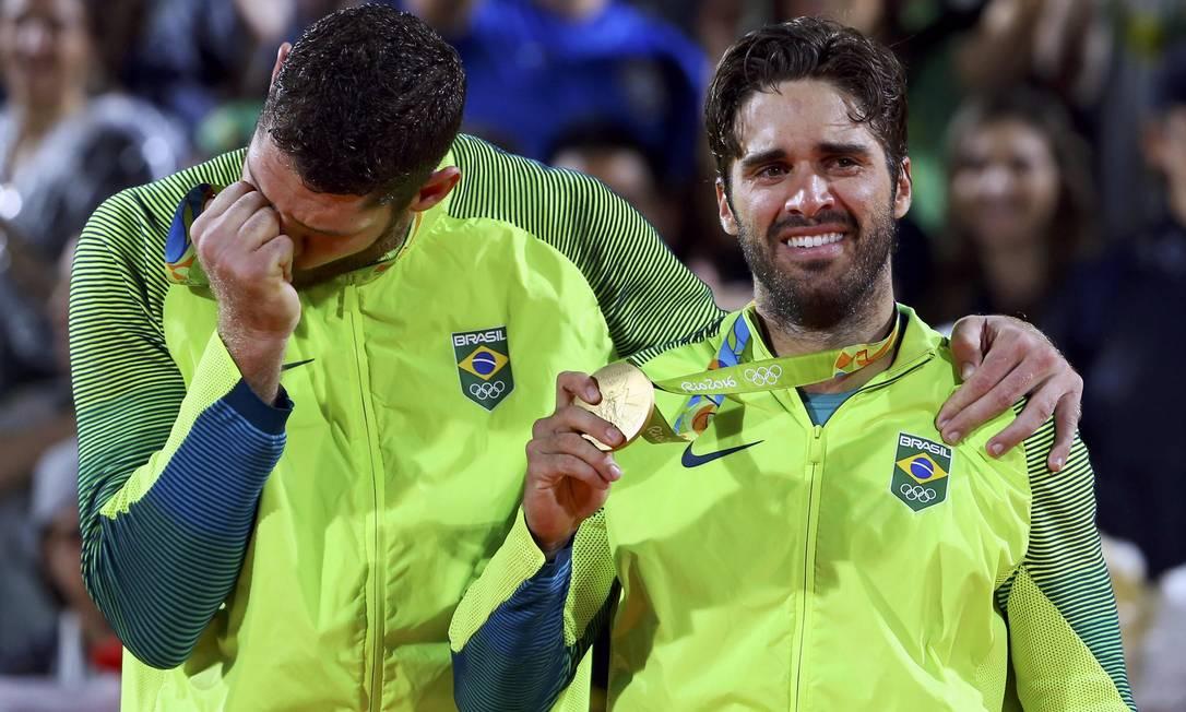 Alison e Bruno, emocionados com as medalhas de ouro no pescoço MURAD SEZER / REUTERS