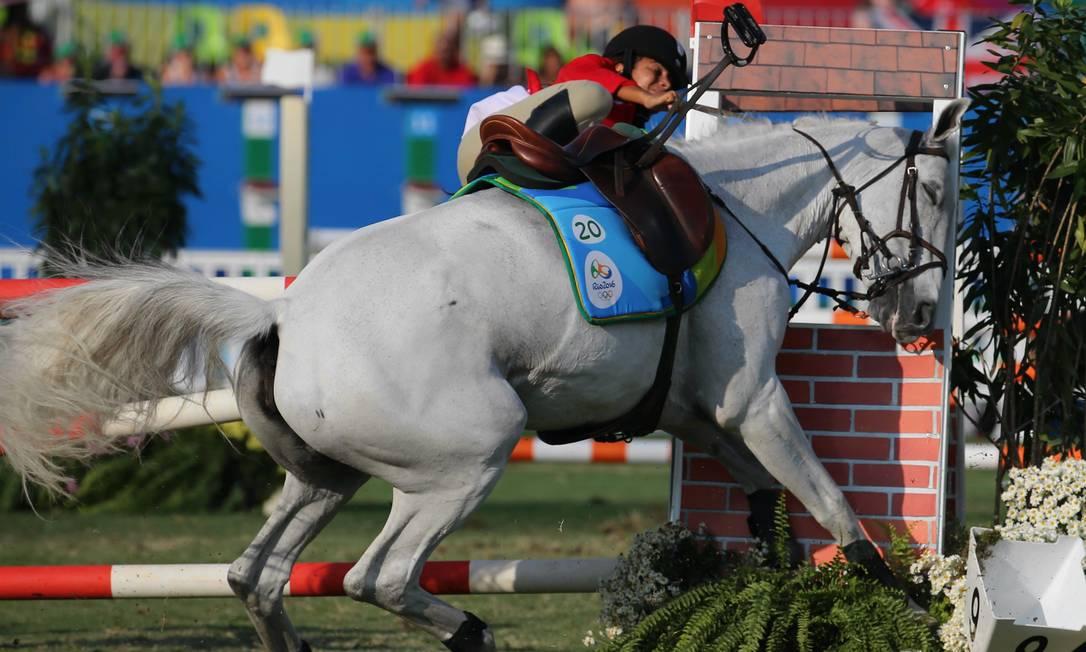 A imagem registra o momento em que a cubana Leydi Laura Moya cai do cavalo Agência O Globo