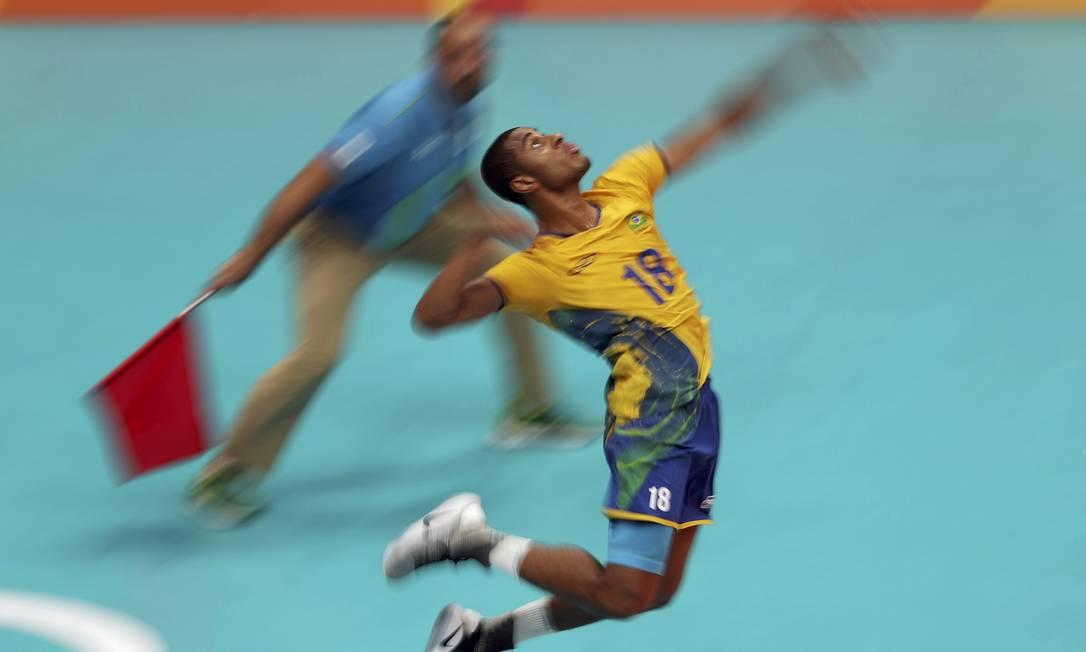 Lucarelli 'voa' em quadra, ajudando o Brasil a se impor sobre a Rússia na semifinal do vôlei RICARDO MORAES / REUTERS
