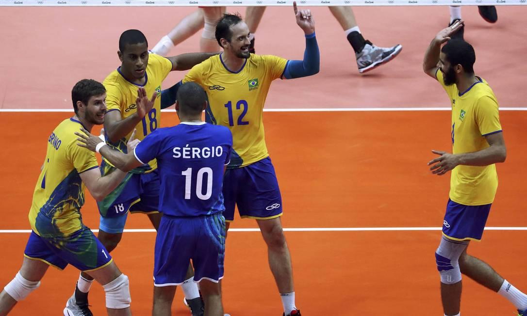 O Brasil foi com tudo para cima da Rússia na busca pela classificação para a final do vôleio no Rio-2016 YVES HERMAN / REUTERS