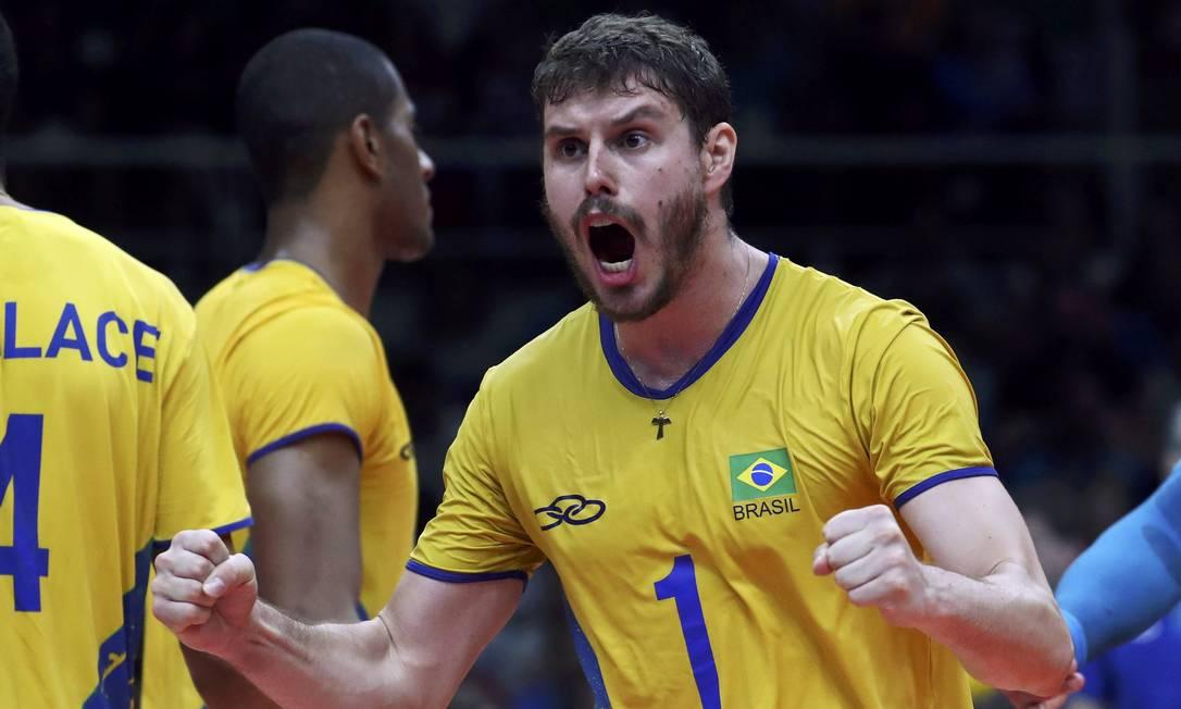 Bruninho vibra após fazer mais um ponto. Esta é a sétima semifinal olímpica da qual o Brasil participa YVES HERMAN / REUTERS