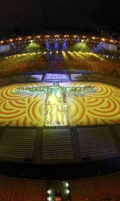 Um Cristo Redentor estilizado coloriu de amarelo o Maracanã ao som de 'Dancin' Days', das Frenéticas PAWEL KOPCZYNSKI / REUTERS