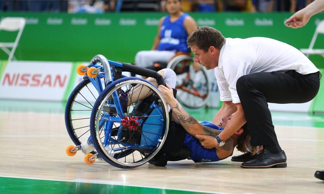 Atleta argentina recebe ajuda para se levantar após queda no jogo contra o Brasil, nesta quinta Pablo Jacob / Agência O Globo