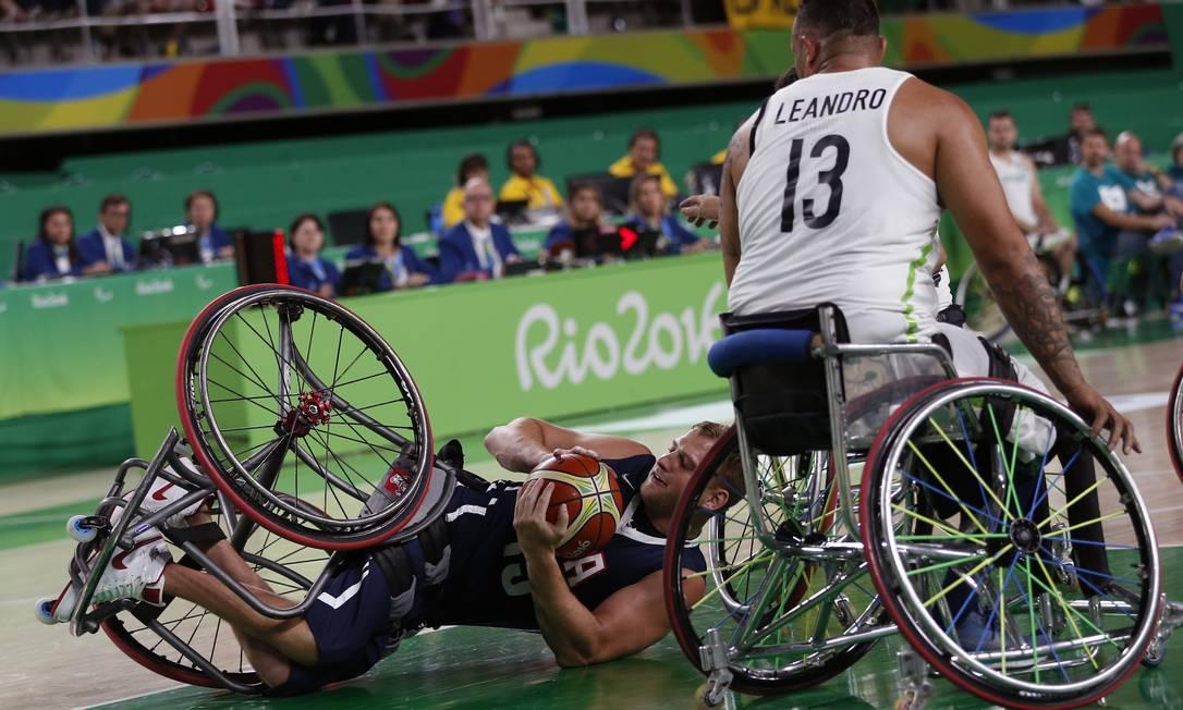 Nate Hinge (à esquerda), dos EUA, perde o controle da bola ao lado do brasileiro Leandro de Miranda Silvia Izquierdo / AP
