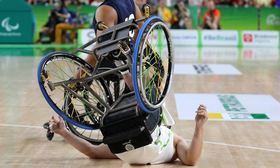 Jogador brasileiro sofre queda durante partida de basquete masculino em cadeira de rodas, nesta quinta-feira Pablo Jacob / Agência O Globo