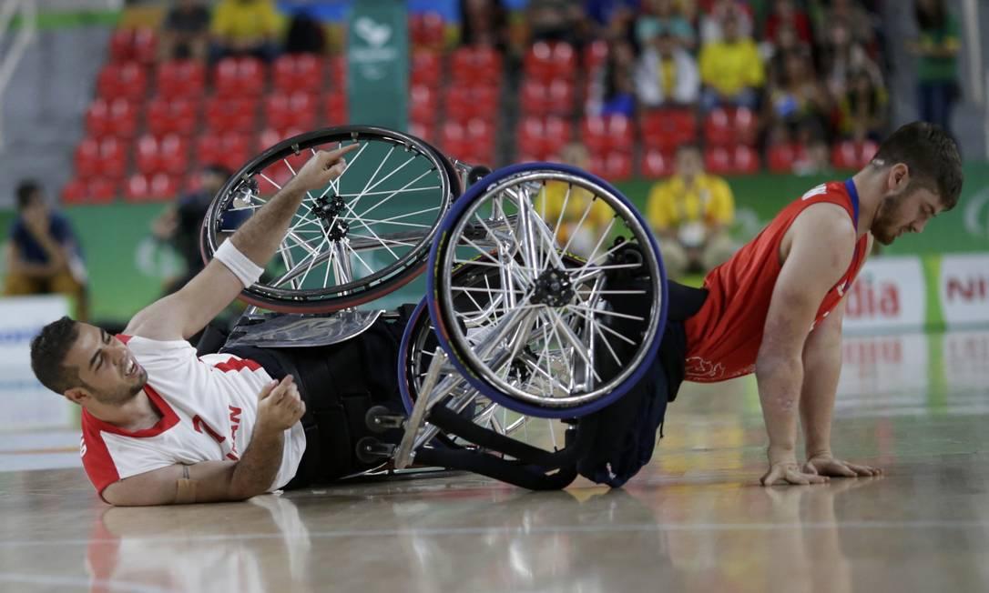 Queda dos atletas Harry Brown, da Grã-Bretanha, e Vahid Gholamazad, do Irã UESLEI MARCELINO / REUTERS