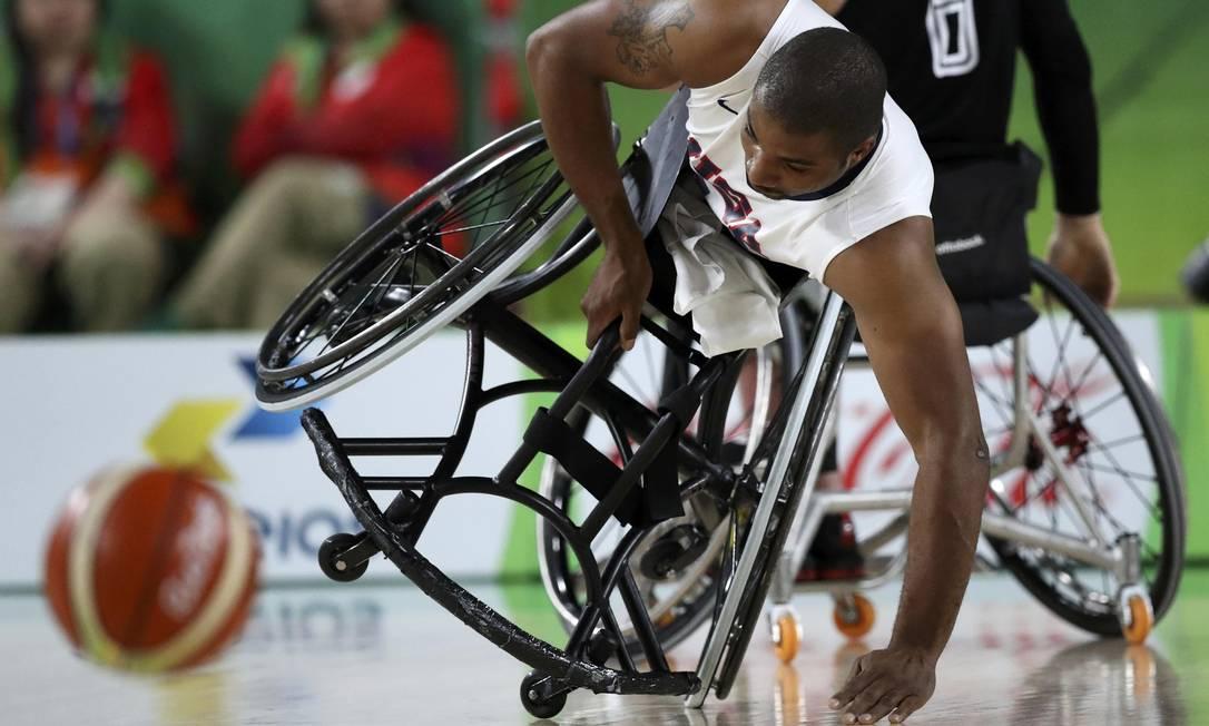 Trevon Jenifer, dos EUA, em partida contra a Alemanha, no basquete em cadeira de rodas, nesta sexta-feira UESLEI MARCELINO / REUTERS
