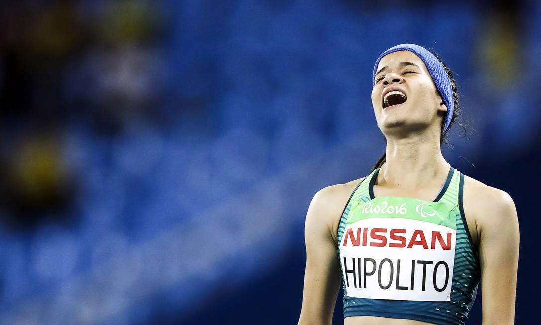 Verônica Hipólito comemora após completar os 100m rasos, que lhe rendeu a prata Guilherme Leporace / O Globo