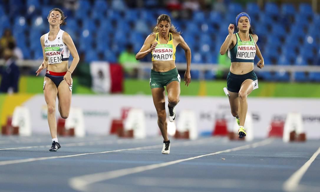 Nos 100m rasos T38, Verônica Hipólito (terceira, da esquerda para a direita) ficou em segundo ao correr a prova em 12s88, levando a prata Guilherme Leporace / O Globo