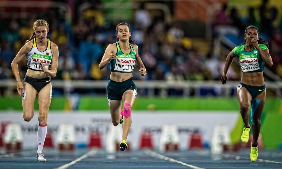 Nos 100m rasos T38, Verônica Hipólito (no centro) ficou com a medalha de prata: 'Sou medalhista paralímpica. Nunca imaginei que ia ter tanta gente gritando por mim' ©Marcio Rodrigues/MPIX/CPB / MPIX/CPB
