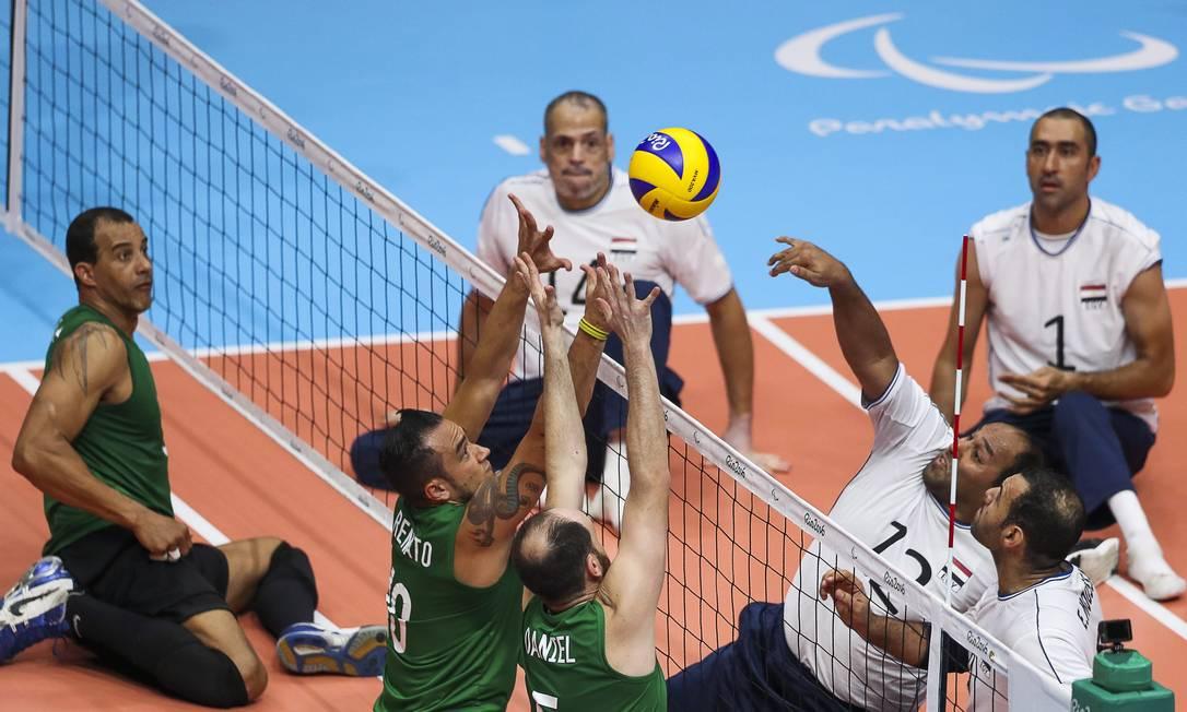 Renato e Daniel tentam bloquear a bola cortada por Abouelyazeid Mohamed Guilherme Leporace / Agência O Globo