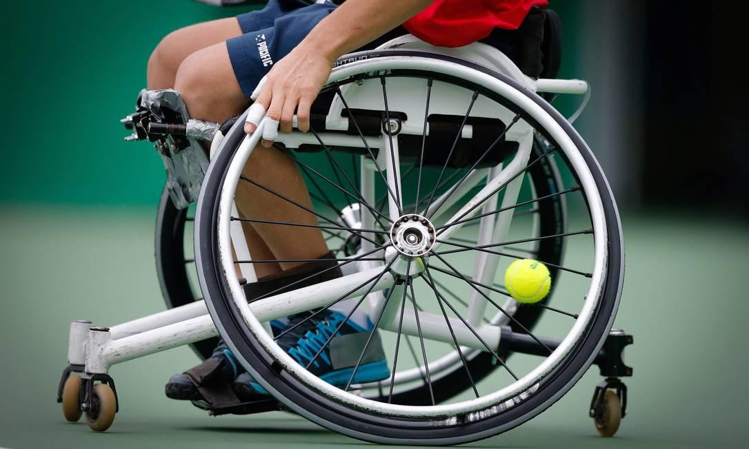 Detalhe da roda de Mauricio Pomme, que perdeu para a Polônia no tênis em cadeira Domingos Peixoto / Agência O Globo