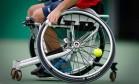 Detalhe da roda de Mauricio Pomme, que perdeu para a Polônia no tênis em cadeira Foto: Domingos Peixoto / O Globo