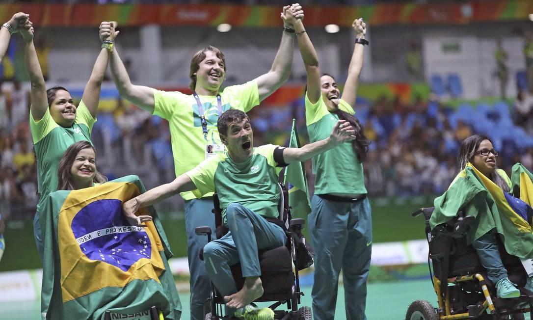 Equipe brasileira comemora após ganhar o ouro na bocha Foto: UESLEI MARCELINO / REUTERS