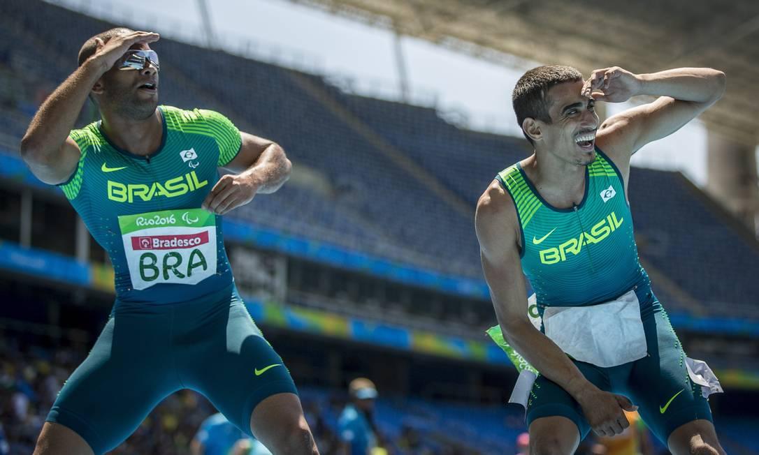 Equipe brasileira de atletismo comemora a medalha de ouro ganha nesta terça-feira Hermes de Paula / Agencia O Glob / Agência O Globo