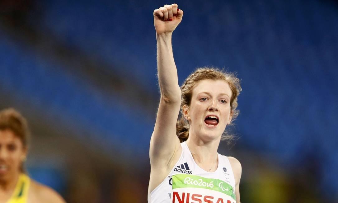 A britânica Sophie Hahn comemora ao levar a medalha de ouro nos 100m (T38) JASON CAIRNDUFF / REUTERS