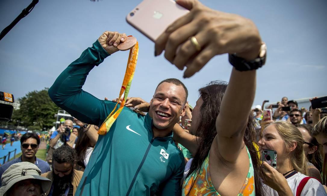 Caio Ribeiro comemora o bronze na canoagem Hermes de Paula / Agência O Globo