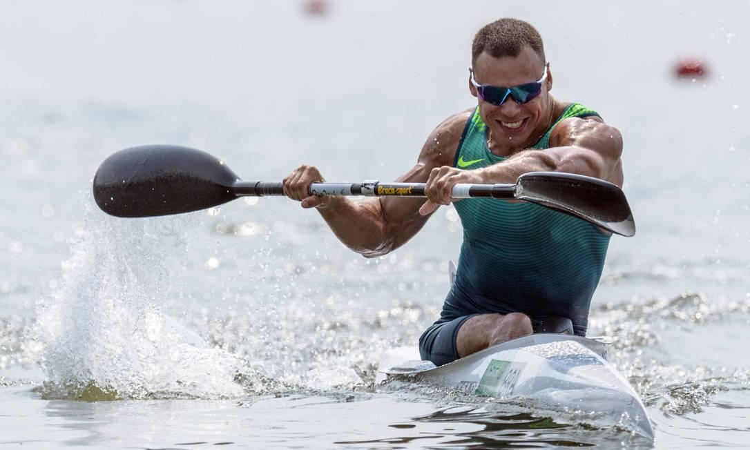 Cario Ribeiro rema durante a final de canoagem, na qual ficou com o bronze, nesta quinta-feira YASUYOSHI CHIBA / AFP