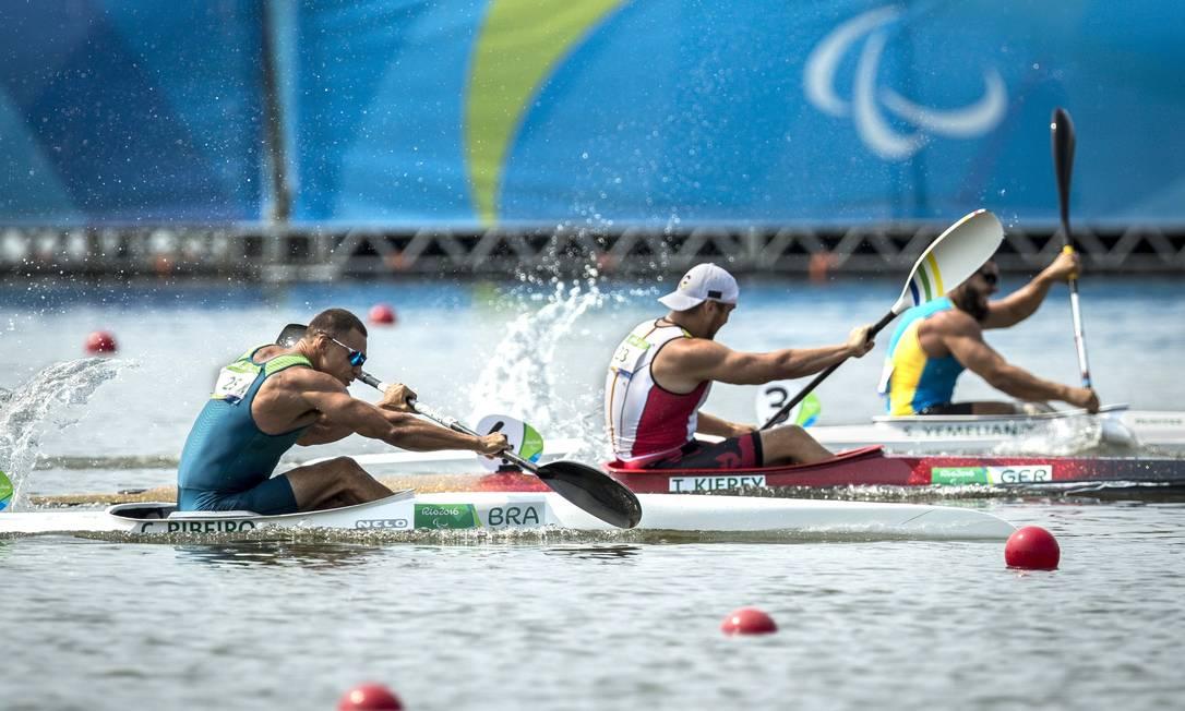 Cario Ribeiro (à esquerda) rema durante a final de canoagem, na qual ficou com o bronze Hermes de Paula / Agência O Globo