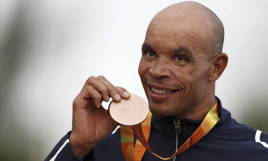 O francês Joel Jeannot, do ciclismo, com a sua medalha de bronze UESLEI MARCELINO / REUTERS