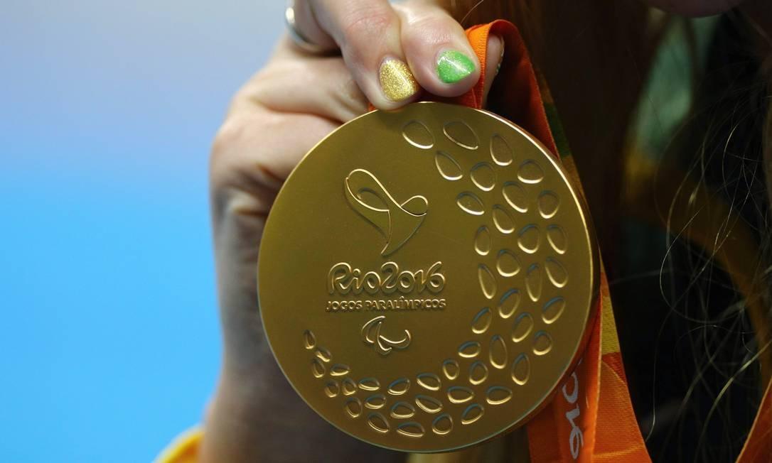 Atleta da natação, com unhas pintadas de verde e amarelo, exibe medalha de ouro Foto: Foto Pablo Jacob / Agência O Globo