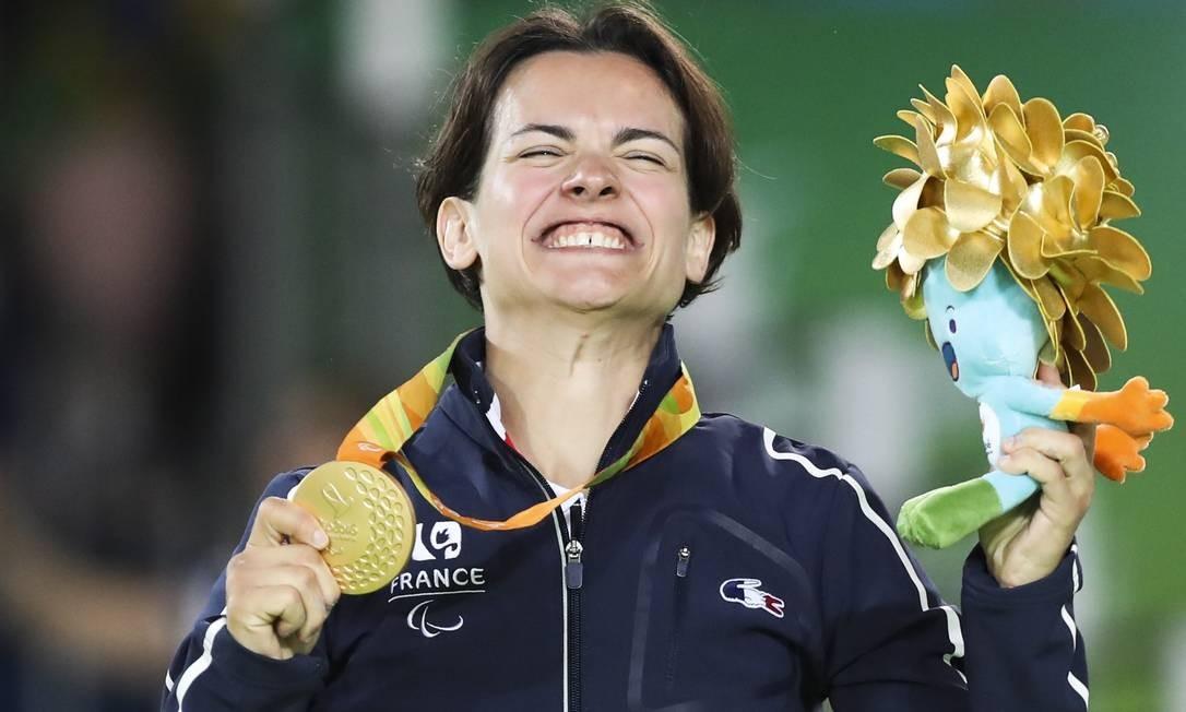 A judoca francesa Martinet Sandrine com a sua medalha de ouro Foto: Monica Imbuzeiro / Agência O Globo