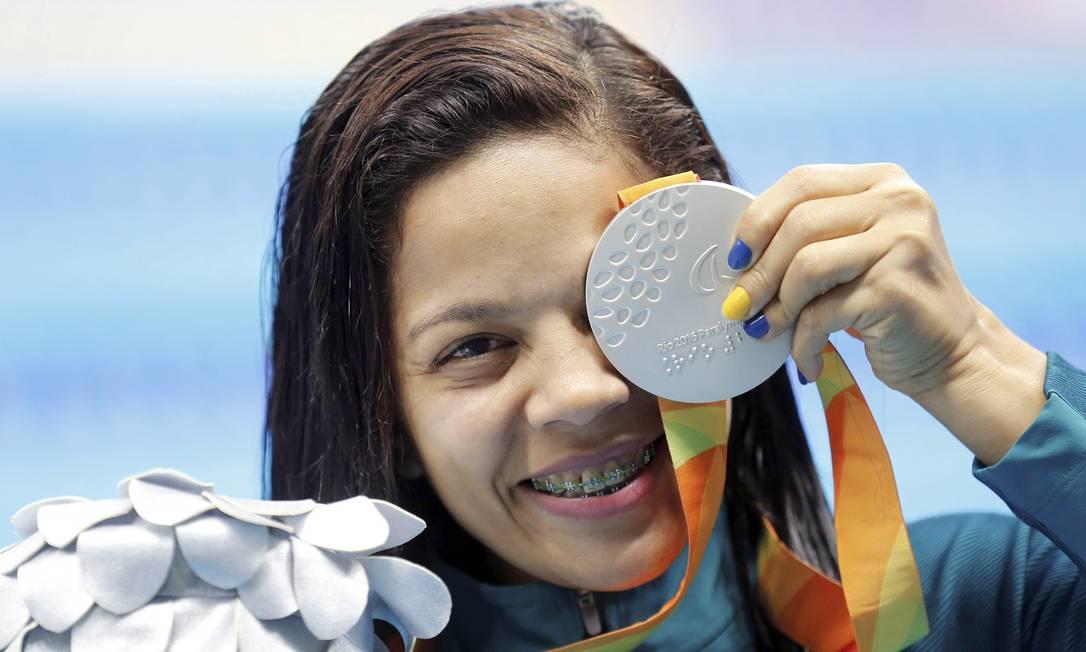 Joana Silva mostra a sua medalha de prata conquistada nos 50m livres feminino S5 Pablo Jacob / Agência O Globo