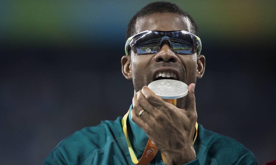 Odair Santos com a sua medalha de prata conquistada no atletismo, na final dos 1500m (T11) Foto: Hermes de Paula / Agencia O Glob / Agência O Globo