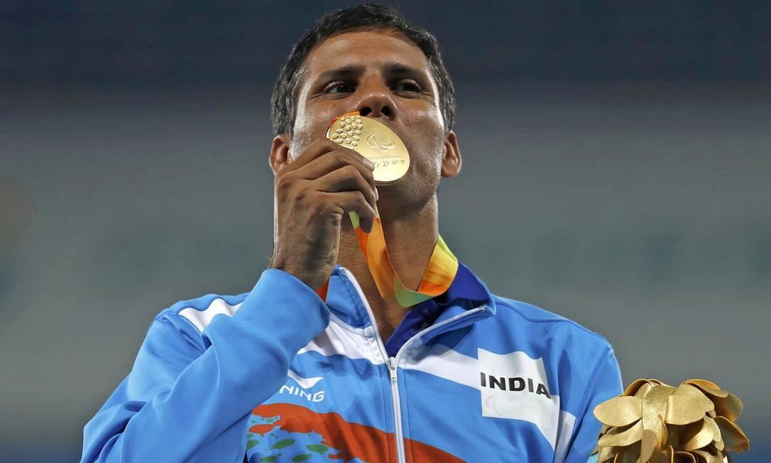 O indiano Devendra, do lançamento de dardo, beija a sua medalha de ouro Foto: RICARDO MORAES / REUTERS