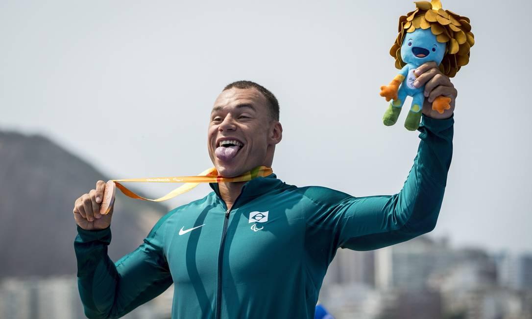 Caio Ribeiro, da canoagem, comemora a conquista da medalha de bronze Hermes de Paula / Agencia O Glob / Agência O Globo