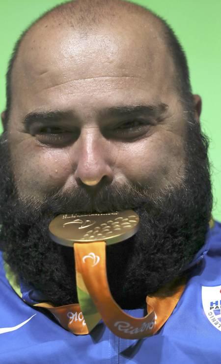 O grego Pavlos Mamalos, do levantamento de peso, posa com a medalha de ouro Foto: UESLEI MARCELINO / REUTERS
