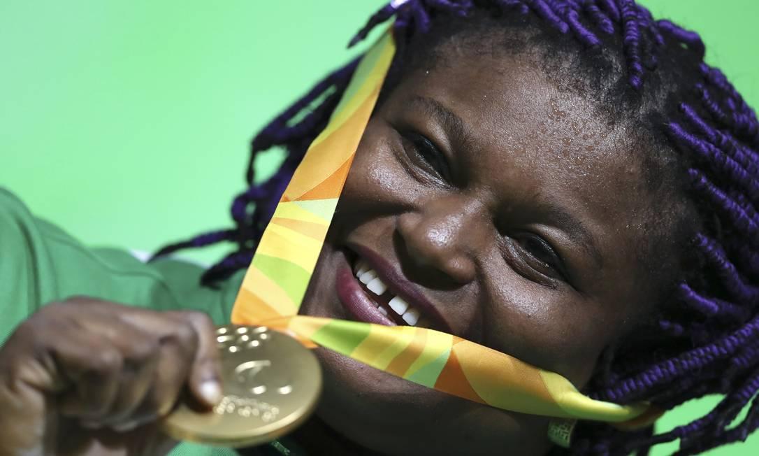 A medalhista de ouro Josephine Orji, da Nigéria, do levantamento de peso UESLEI MARCELINO / REUTERS